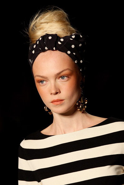 Moschino+Milan+Fashion+Week+Womenswear+2011+P6nzkUF0vMjl Spring 2011 Trend: C Shaped Blush