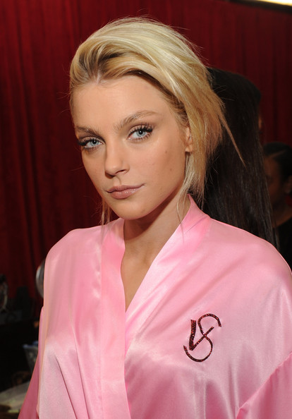 2010+Victoria+Secret+Fashion+Show+Backstage+23AyhJsaZYol Backstage at Victorias Secret Fashion Show